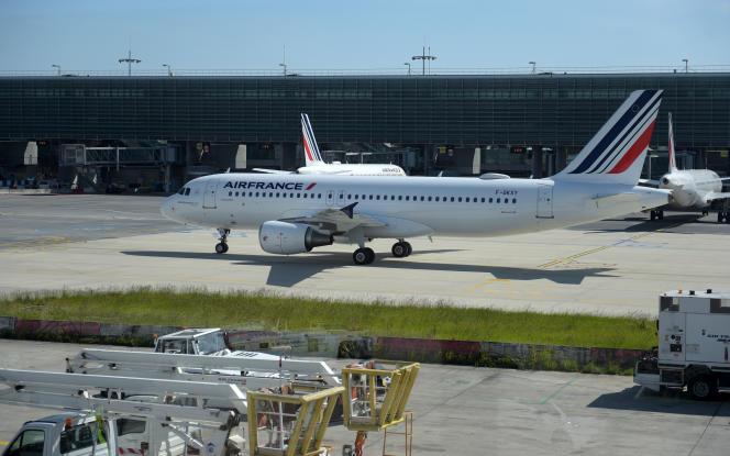 Un Airbus A320 d'Air France sur le tarmac de l'aéroport Roissy-Charles-de-Gaulle, près de Paris, le 12 mai 2020.