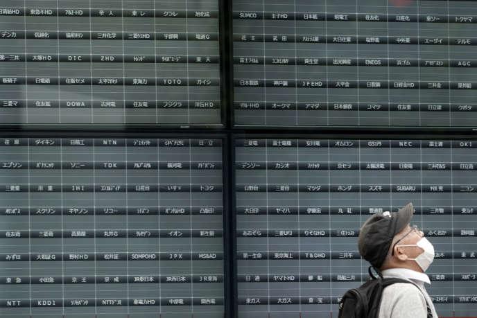 Les panneaux d'affichage de la bourse de Tokyo éteints, jeudi 1er octobre.