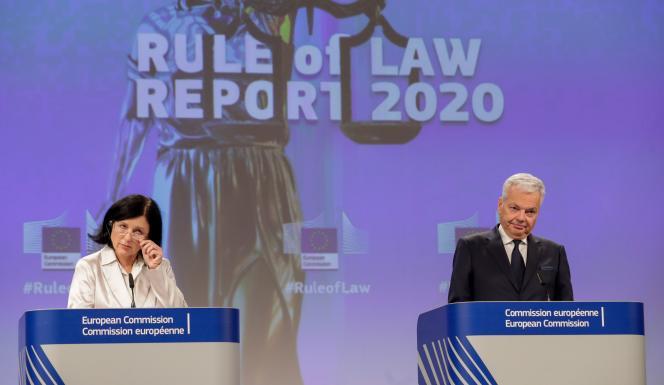 La vice-présidente tchèque de la Commission européenne, chargée des valeurs et de la transparence,Vera Jourova, et le commissaire européen chargé de la justice, Didier Reynders, lors d'une conférence de presse à Bruxelles, le 30 septembre.