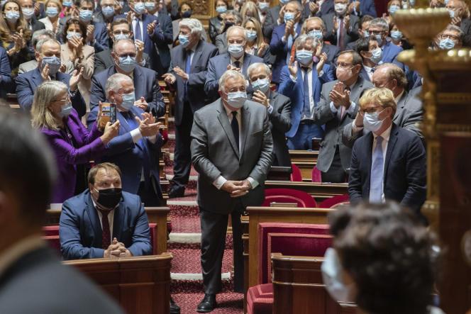 Gérard Larcher applaudi après l'annonce de sa réélection à la présidence du Sénat, à Paris, le 1er octobre.