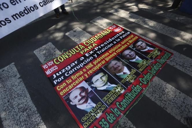 Los retratos de los expresidentes mexicanos, en un cartel de simpatizantes de Andrés Manuel López Obrador, el 1 de octubre frente a la Corte Suprema de Justicia de la Ciudad de México.