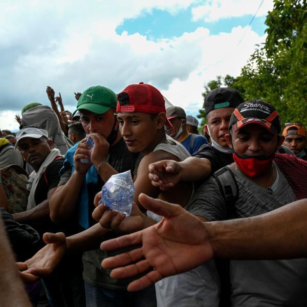Des membres de l'armée guatémaltèque distribuent de l'eau aux migrants, à Entre Rios, au Guatemala, le 1eroctobre.