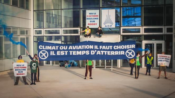 Manifestation pour le climatdevant le siège du groupe ADP, à Paris, le 24 septembre.
