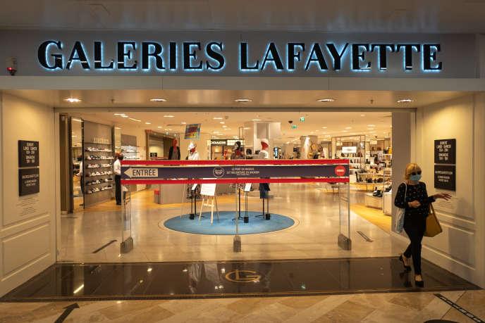 Une femme sort des Galeries Lafayette, à Marseille, le 30 septembre.