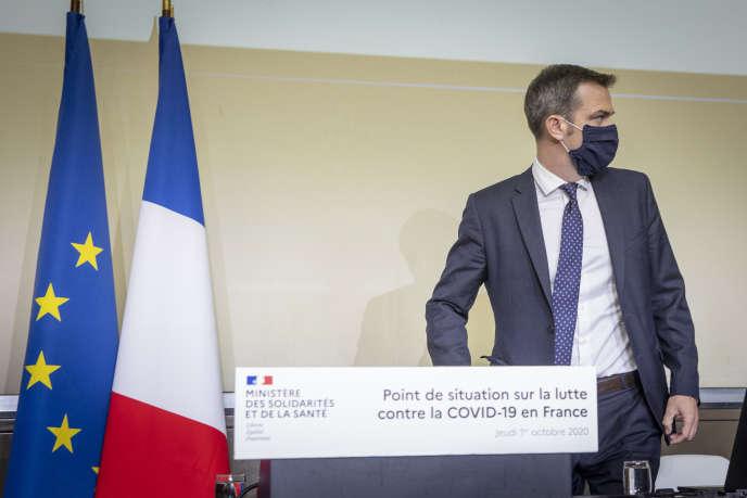 Le ministre de la santé, Olivier Véran, lors d'un point de situation sur la crise sanitaire, àl'hôpital Bichat à Paris, le 1er octobre.