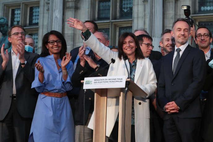 Anne Hidalgo, le 28 juin, soir de sa réélection à la Mairie de Paris, avec, à sa droite, Emmanuel Grégoire, son premier adjoint.
