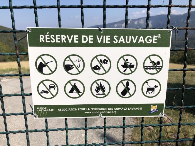 Un panneau signale les activités interdites, àl'entrée de la réserve de l'ASPAS, à Valfanjouse (Drôme), en septembre.