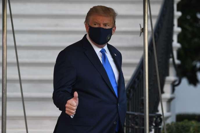 Donald Trump rejoint l'hélicoptère Marine One pour être transféré à l'hôpital, vendredi2 octobre.