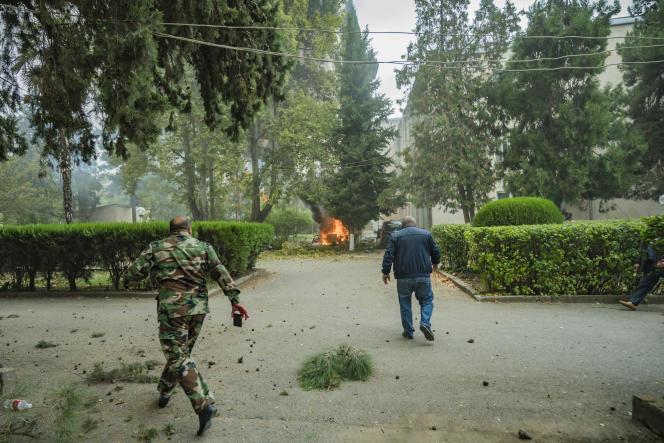 Après un impact de roquette de l'armée azerbaïdjanaise sur le village de Martuni dans le Haut-Karabakh le 1er octobre 2020.