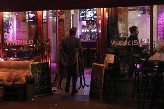 L'employé d'un bar à Paris ferme l'établissement à 22 heures le 28 septembre 2020, comme l'imposent les règles sanitaires.