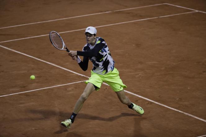 Janick Sinner e i suoi pantaloncini fluorescenti, l'Argentina Federico rendono omaggio al loro capitano Andre Agassi venerdì al Roland Garros durante la sua partita del terzo turno contro la Corea.