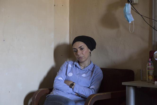 Fatmeh Mohamad, soeur de Mohamad, porté disparu en mer, dans l'appartement de leurs parents àQobbé, un quartier de Tripoli, le 29 septembre.