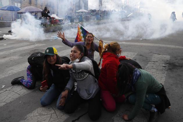 Des partisans de l'ex-président Evo Morales, contraint à l'exil, lors d'une manifestation réprimée par la police, à La Paz, le 15 novembre 2019.