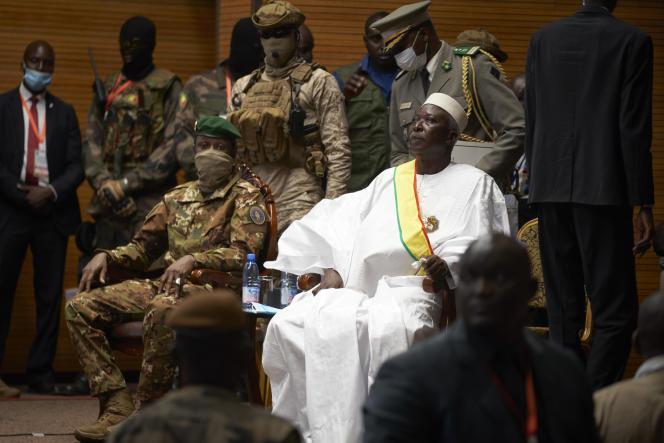 Le président de la transition Bah N'Daw (à droite) aux côtés du vice-président Assimi Goita, à Bamako, le 25 septembre 2020.