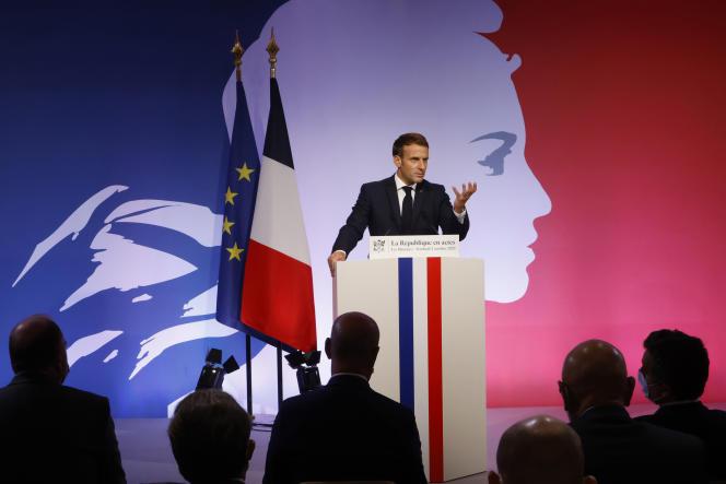 Emmanuel Macron, aux Mureaux (Yvelines), le 2octobre 2020.