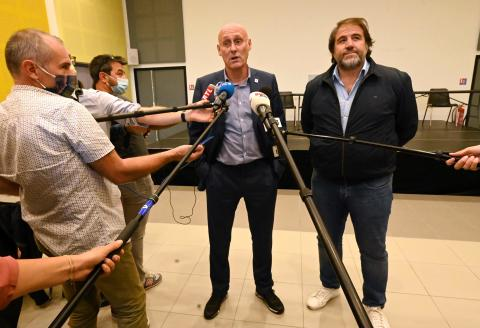 French rugby federation (FFR) president Bernard Laporte (C) and vice-president Serge Simon give a press conference, on September 24, 2020, one day after being released from police custody as part of an investigation into suspicions they favoured Top 14 club Montpellier. / AFP / Pascal GUYOT