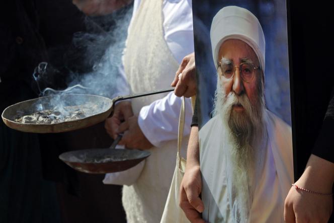 Des yézidis brûlent de l'encens pendant les funérailles dubaba cheikh Khurto Hajji Ismail, à Cheikhan, en Irak, le 2octobre2020.