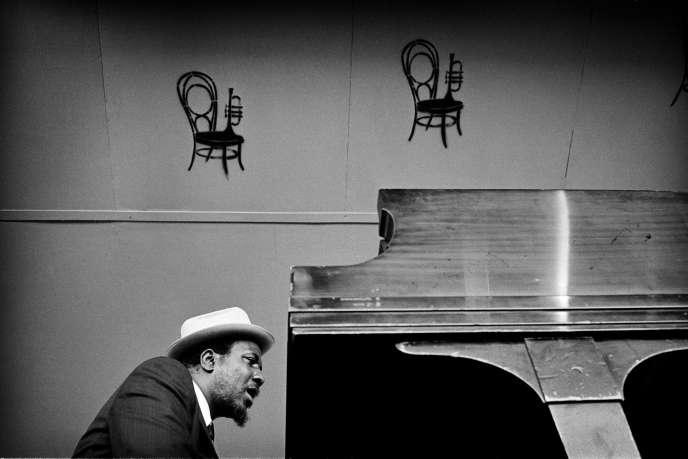 Thelonious Monk en concert, le 19 septembre 1964, lors du Monterey Jazz Festival à Monterey (Californie).