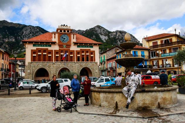 Privés d'eau potable et d'électricité, les habitants de Roquebillière attendent sur la place de l'hôtel de ville, samedi 3 octobre.