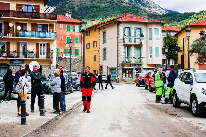 Les habitants de Roquebillière (Alpes-Maritimes), privés d'eau potable et d'électricité, le 3 octobre.