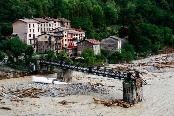 Roquebillière, samedi 3 octobre. Le pont piétonnier reliant l'ancien village et le nouveau village s'est effondré.