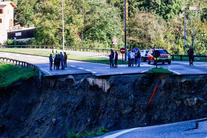 Une partie de la route menant à Roquebillière a été emportée par la crue de la Vésubie.