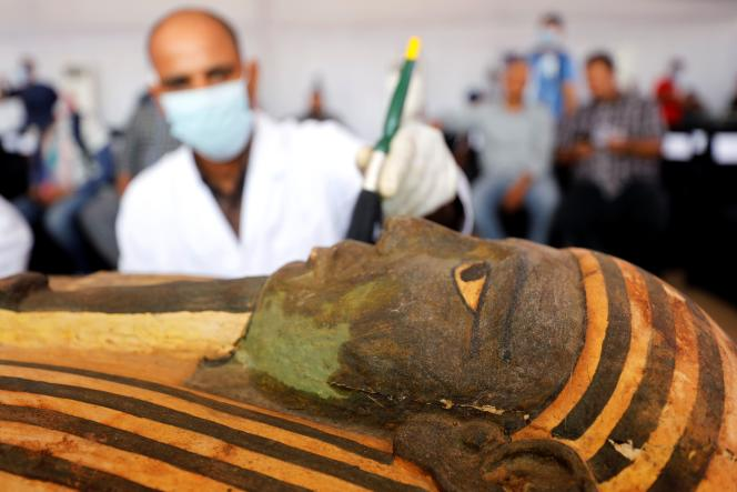 Un sarcophage d'environ 2500 ans a été découvert près de la nécropole égyptienne de Saqqara, à Gizeh, le 3 octobre.