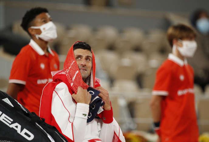 Novak Djokovic durant une interruption à cause de la pluie lors de son 3e tour face au Colombien Daniel Elahi Galan, à Roland-Garros, le 3 octobre.