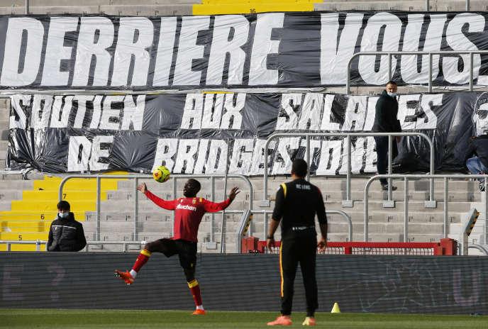 En signe de soutien aux salariés de Bridgestone, une banderole a été dépoyée à l'intérieur du stade Bollaert-Delelis, à Lens, lors de la rencontreRC Lens - AS Saint-Etienne le 3 octobre 2020.