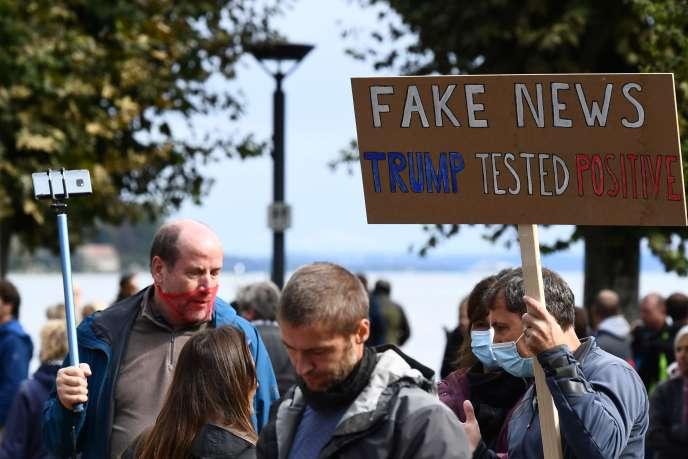 Un manifestant tient un panneau qui lit