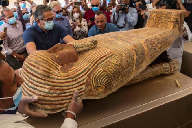 Ouverture d'un sarcophage découvert dans la nécropole de Saqqara, le 3octobre à Gizeh, près du Caire.