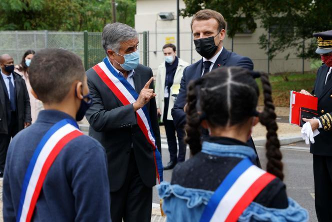 Le maire des Mureaux (Yvelines), François Garay, et Emmanuel Macron, le 2octobre 2020.