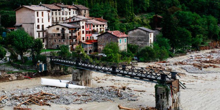 Roquebillière, samedi 3 octobre. Le Pont pédestre reliant le vieux village au nouveau s'est effondré.