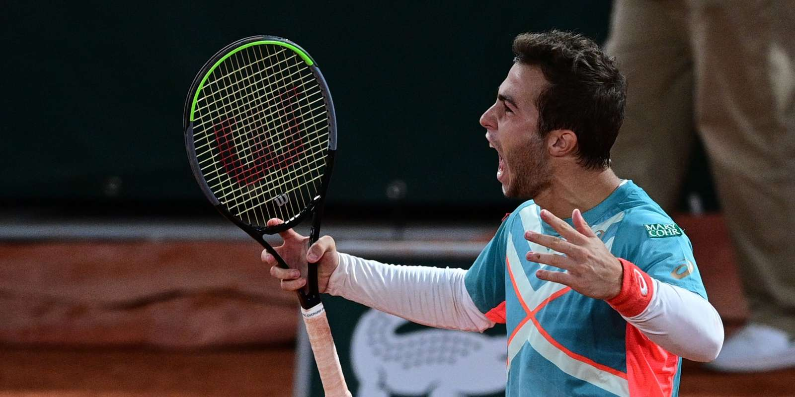 France's Hugo Gaston reacts as he plays against Austria's Dominic Thiem during their men's singles fourth round tennis match on Day 8 of The Roland Garros 2020 French Open tennis tournament in Paris on October 4, 2020. / AFP / MARTIN BUREAU