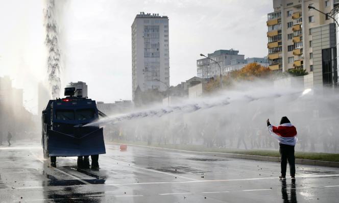 La police utilise un canon à eau contre des manifestants lors d'une manifestation de l'opposition au pouvoir, à Minsk (Biélorussie), le dimanche 4 octobre 2020.