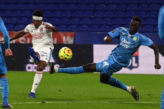 Le Brésilien Thiago Mendes (maillot blanc) et les Lyonnais n'ont pas réussi à s'imposer face à Marseille à domicile (1-1), dimanche 4 octobre.