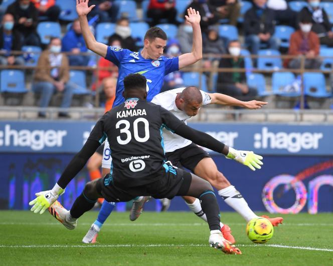 L'attaquant turc de Lille Burak Yilmaz (maillot blanc) a marqué son deuxième but de la saison, à Strasbourg, dimanche 4 octobre.