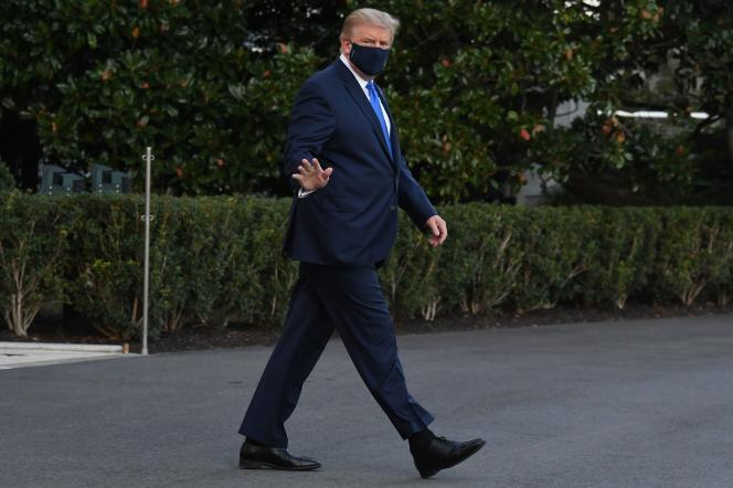 Le président américain, Donald Trump, à son arrivée à l'hôpital militaire Walter-Reed de Bethesda, près de Washington, le 2 octobre.
