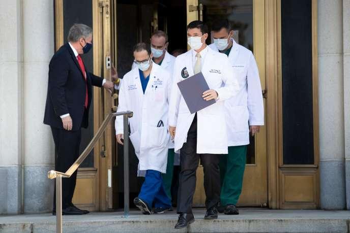 Le médecin personnel de Donald Trump, Sean Conley, et son équipe, dimanche 4octobre.