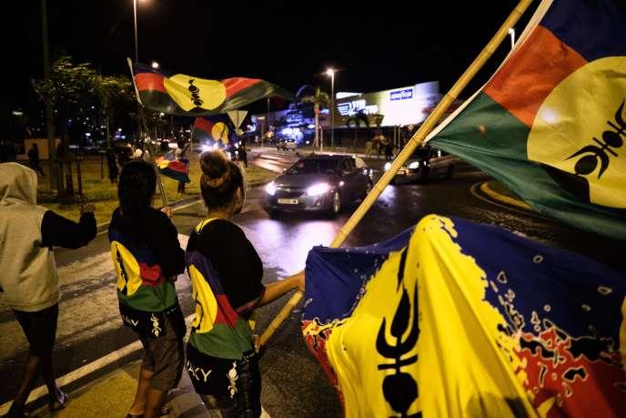 Des partisans de l'indépendance brandissent le drapeau duFLNKS, le 4 octobre, à Nouméa.