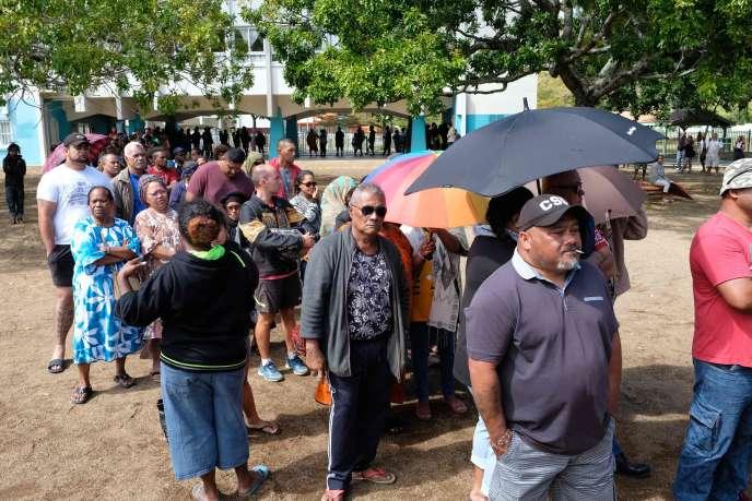 Une file d'attente devant un bureau de vote à Nouméa, samedi 4 octobre.