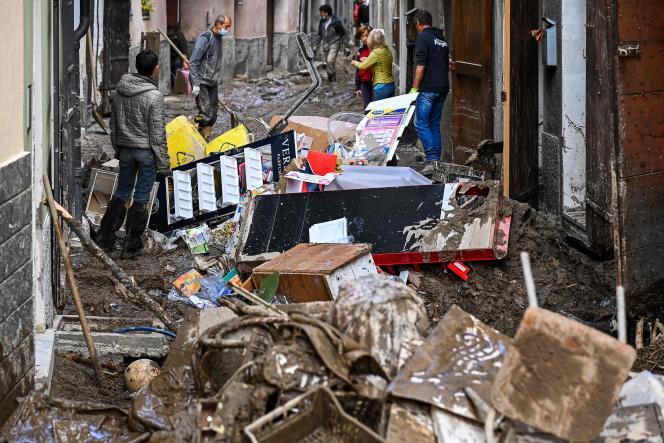 Dans les rues de Garessio (Piémont), le 4 octobre, après les pluies diluviennes qui ont frappé l'Italie.