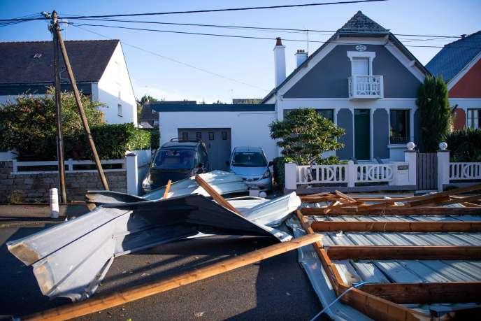 Le toit d'un lycée s'est effondré après le passage de la tempête Alex, à Vannes (Bretagne), le 2 octobre.