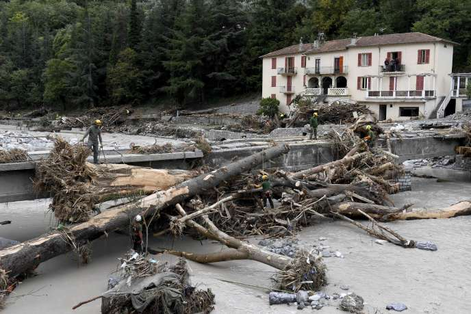 Les secours tentent d'enlever les arbres tombés d'un pont à Breil-sur-Roya, dans le sud-est de la France, le 4 octobre 2020.
