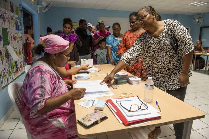 Dans un bureau de vote de Nouméa, en Nouvelle-Calédonie, samedi 3 octobre.