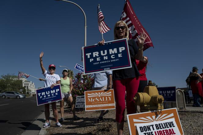 Des partisans de Donald Trump à Scottsdale (Arizona), dans la banlieue aisée de Phoenix, le 3 octobre.