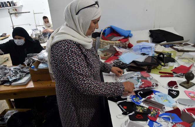 Des volontaires fabriquent des masques destinés aux établissements scolaires d'Alger, le 4 juin 2020, en prévision de la rentrée.