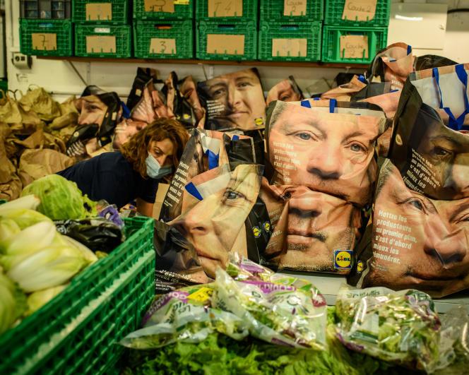 Distribution de produits alimentaires dans une antenne des Restos du cœur, en juin à Paris.