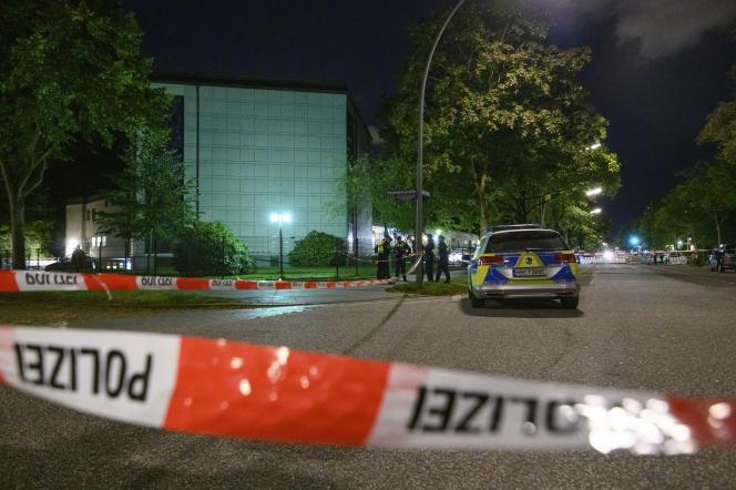 Sur les lieus de l'agression, à Hambourg, d'un étudiant juif devant une synagogue, dimanche 4 octobre.