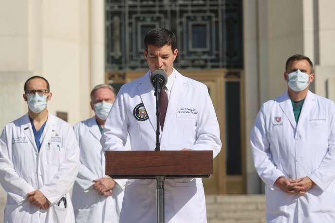 Le médecin de la Maison Blanche Sean Conley lors d'une conférence de presse devant l'hôpital militaire Walter Reed, près de Washington, le lundi 5 octobre.
